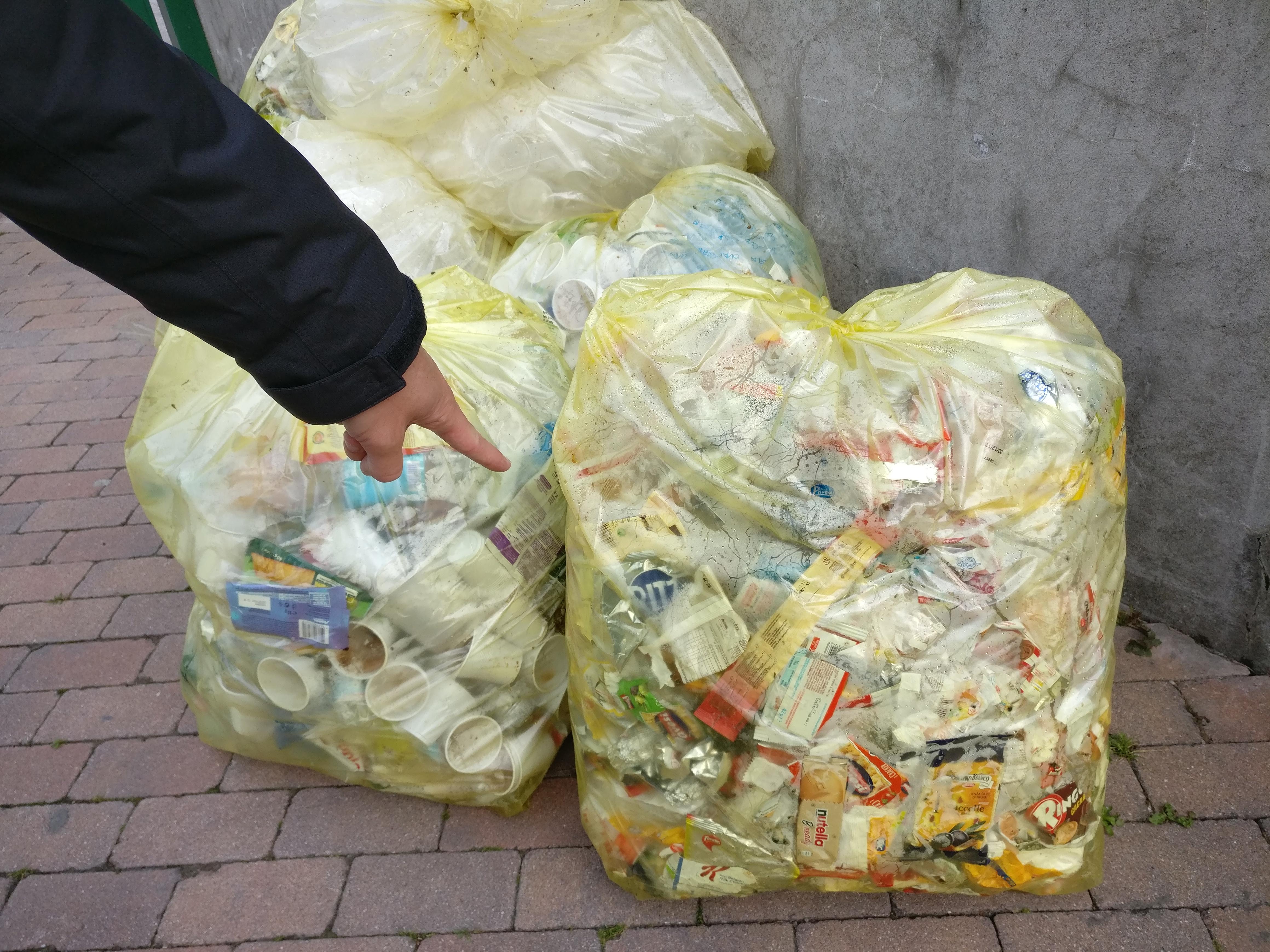 conferimento corretto di imballaggi di plastica.jpg