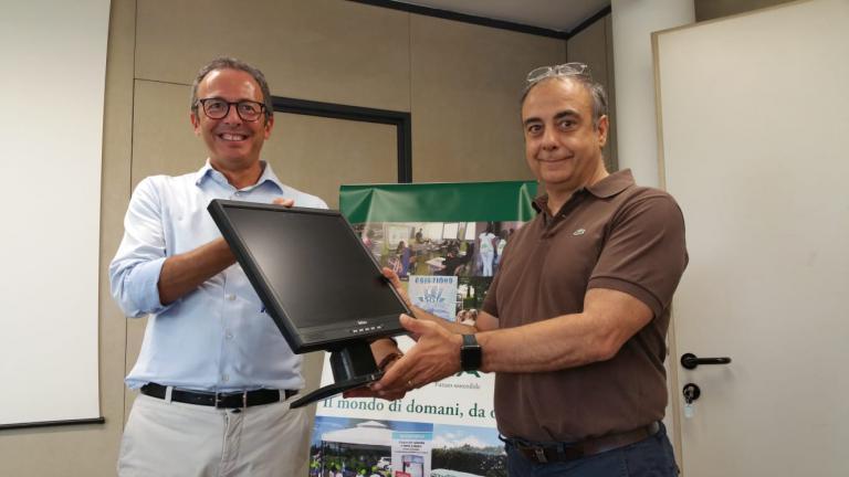 Il Presidente Andrea Levorato consegna i monitor alla scuola Longo di Curtarolo